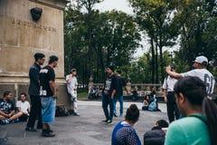 墨西哥- 9月20 :年轻人有斥责争斗在贝多芬广场在墨西哥城街市 图库摄影