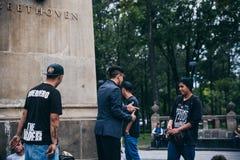 墨西哥- 9月20 :年轻人有斥责争斗在贝多芬广场街市,当人人群听时 库存图片