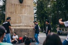 墨西哥- 9月20 :年轻人有斥责争斗在贝多芬广场街市,当人人群观看时 免版税库存图片