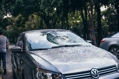 墨西哥- 9月19 :有残破的挡风玻璃的汽车由下落的残骸由于地震 库存照片