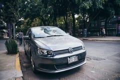 墨西哥- 9月19 :有残破的挡风玻璃的汽车由于下落的残骸由于地震 图库摄影