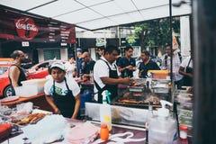 墨西哥- 9月19 :炸玉米饼的厨师在墨西哥城街道上站立  库存图片
