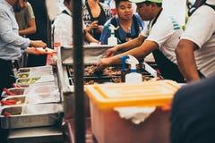 墨西哥- 9月19 :烹调肉的人在墨西哥城街道上的炸玉米饼停留演出地在地震以后 免版税库存图片