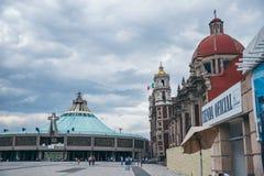 墨西哥- 9月20 :瓜达卢佩河显示现代和老教会的广场图片大教堂  免版税库存照片
