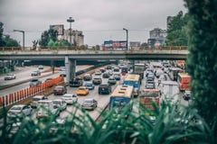 墨西哥- 9月29:繁忙运输在城市在一阴天 库存图片