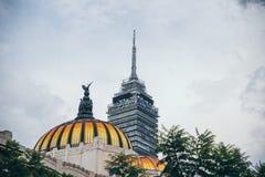 墨西哥- 9月20 :艺术宫殿的拉丁美洲的塔和圆顶在dowtown的 库存图片