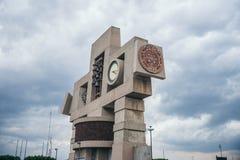 墨西哥- 9月20 :计时纪念碑在瓜达卢佩河广场大教堂有在一边埋置的玛雅日历的 库存照片