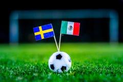 墨西哥-瑞典,小组F,星期三,27 世界杯6月,橄榄球,俄罗斯2018年,在绿草,白色橄榄球bal的国旗 免版税库存照片