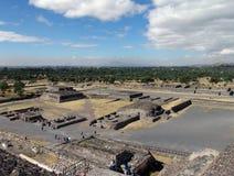 墨西哥 teotihuacan的金字塔 从太阳Piramid的看法对死者的大道的 库存照片