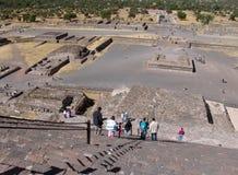 墨西哥 teotihuacan的金字塔 从太阳Piramid的看法  游人 免版税库存照片