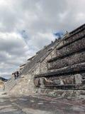 墨西哥 teotihuacan的金字塔 从太阳Piramid的看法  游人 免版税图库摄影