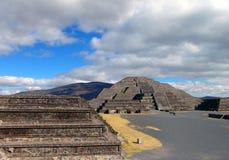 墨西哥 teotihuacan的金字塔 对死的谷和月亮piramid的看法 库存图片