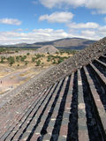 墨西哥 teotihuacan的金字塔 对死的谷的看法和从太阳Piramid的月亮piramid  库存图片
