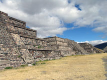 墨西哥 teotihuacan的金字塔 对死的谷的Veiw 图库摄影