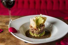 墨西哥ceviche用鲕梨在与ro的一顿浪漫晚餐服务 库存照片