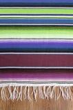 墨西哥cinco de马约角传统墨西哥serape地毯或毯子背景垂直 免版税库存照片