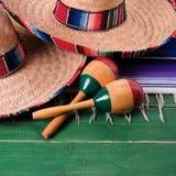 墨西哥cinco de马约角墨西哥阔边帽maracas特写镜头 免版税库存图片