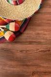 墨西哥cinco de马约角木背景墨西哥阔边帽垂直 免版税库存图片