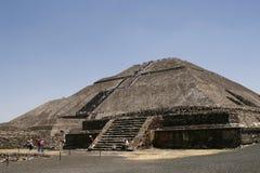 墨西哥teotihuacan金字塔的星期日 免版税库存照片