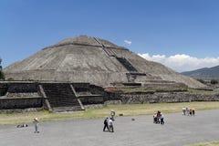 墨西哥teotihuacan金字塔的星期日 库存照片