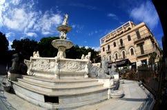墨西拿有猎户星座天文学时钟和喷泉的中央寺院大教堂  免版税库存照片