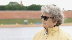 墨镜的老妇人看支持 股票录像