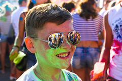 墨镜的被绘的绿色油漆人 免版税库存照片