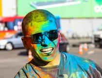 墨镜的被绘的绿色油漆人 库存照片