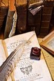 墨水和羽毛在旧书和文字材料 免版税库存图片