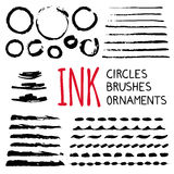 墨水圈子、刷子和装饰品 库存例证