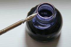 墨水壶和钢笔 免版税库存照片
