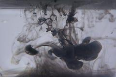 墨水抽象背景在水中 库存图片