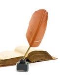 墨水池、笔和书接近在白色背景 免版税库存图片