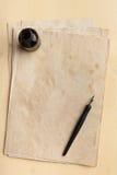 墨水笔、墨水瓶和老纸 库存照片