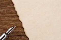 墨水笔和羊皮纸在木头 库存照片