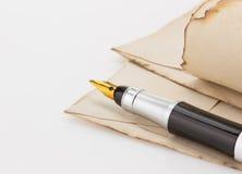 墨水笔和羊皮纸 图库摄影