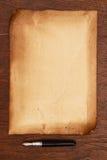 墨水笔和年迈的纸羊皮纸 免版税库存照片