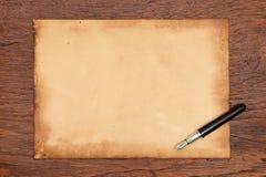 墨水笔和年迈的纸羊皮纸 库存图片