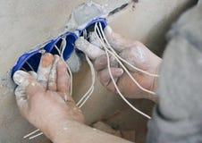壁上插座设施 在安装电子出口的工作 电工准备接线贴合出口 库存图片