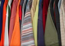 壁橱五颜六色的衬衣 图库摄影