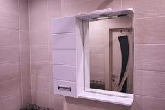 壁橱在卫生间里 与一个镜子的架子在卫生间里 E 免版税库存图片
