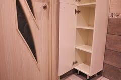 壁橱在卫生间里 与一个镜子的架子在卫生间里 E 库存图片