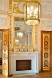 壁炉、镜子和枝形吊灯在大理石餐厅我 免版税库存图片