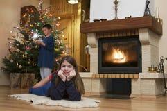 壁炉两个孩子前面在圣诞节的 免版税库存图片