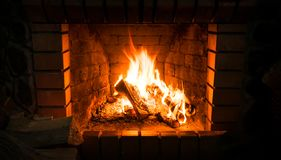 壁炉和灼烧的木柴 传统热化 免版税库存照片