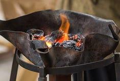 壁炉垫铁在伪造木柴铁手腕工作背景中 库存图片