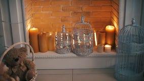 壁炉灼烧的蜡烛新年 股票视频