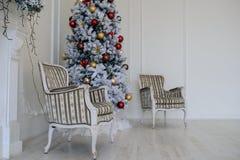 壁炉现代样式内部与圣诞树的, 库存照片