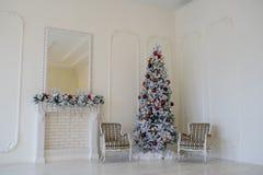 壁炉现代样式内部与圣诞树的, 免版税图库摄影