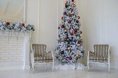 壁炉现代样式内部与圣诞树的, 免版税库存图片